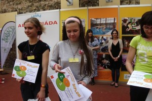 Kristyna_Hybsova_prebira_diplom_za_1.misto_v_koralkovani